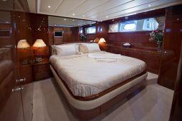 Falcon_Island_Motor_Yacht_08